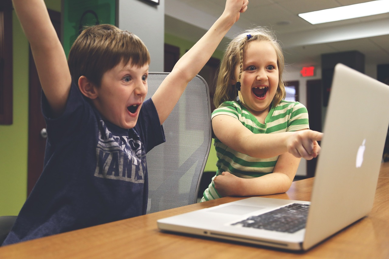 enfants joyeux ordinateur